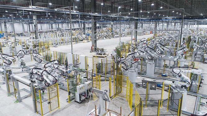 """Admire the """"army"""" of robots at the VinFast car factory"""